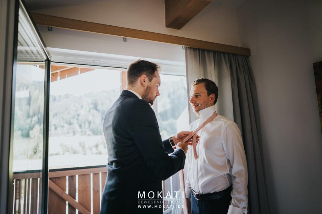 Getting Ready vom Bräutigam mit Hochzeitsvideografen