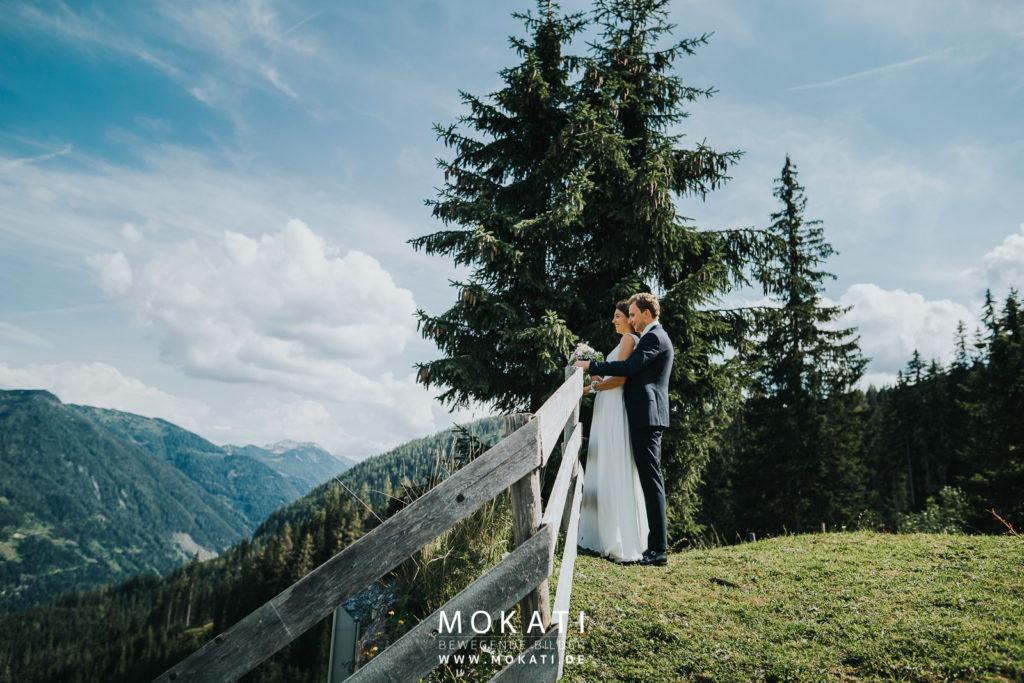 Brautpaarfotos Flachau mit Hochzeitsfotograf München auf dem Weg zur Lisa Alm