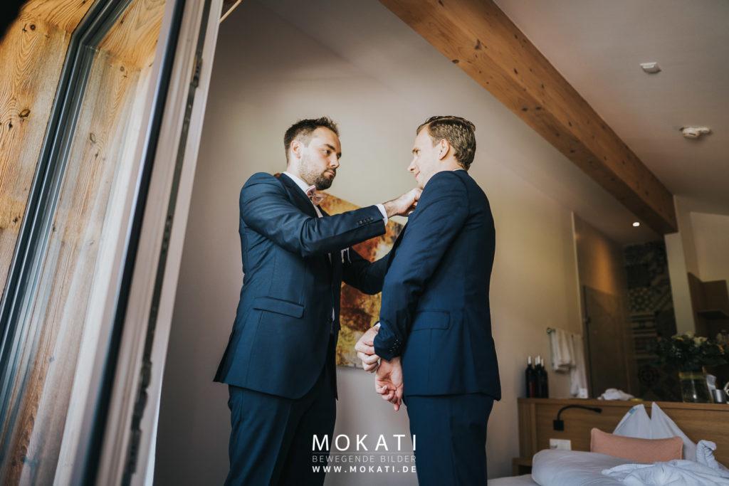 Getting Ready vom Bräutigam mit Hochzeitsvideografen und Hochzeitsfotograf