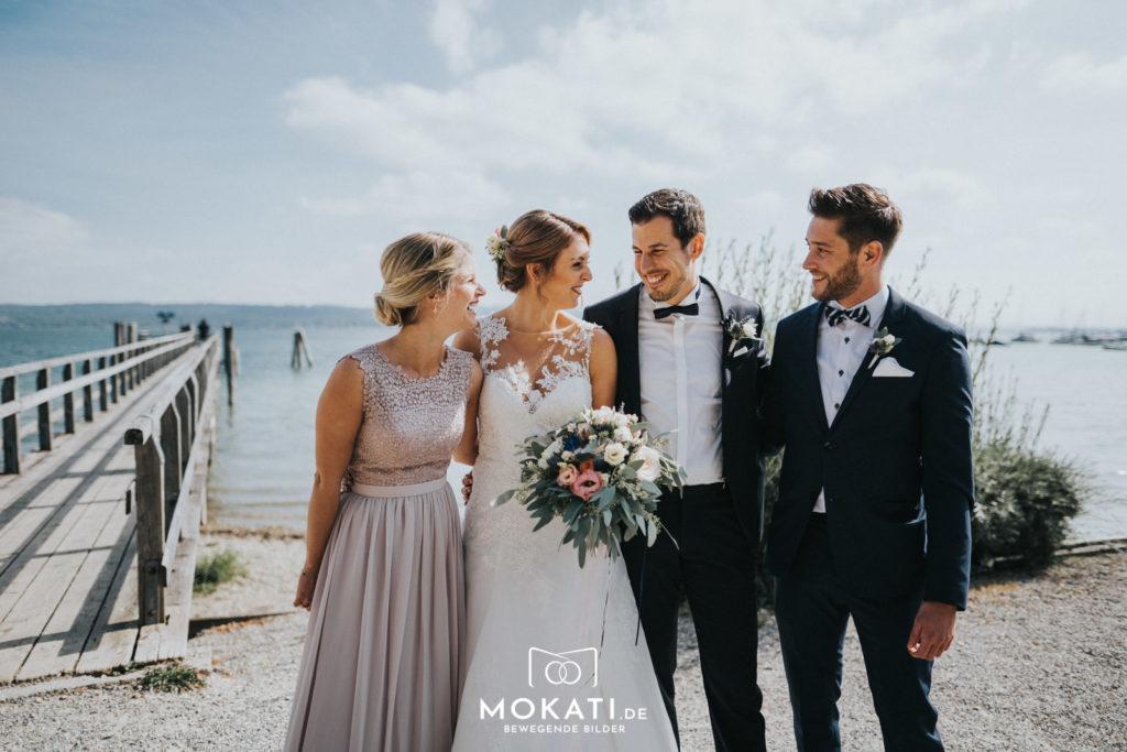 Gruppenfotos mit den Trauzeugen vom Hochzeitsfotografen fotografiert