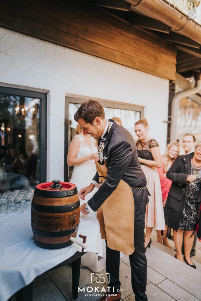 Bieranstich am Hochzeitstag im Seehaus am Ammersee mit Hochzeitsfotografin