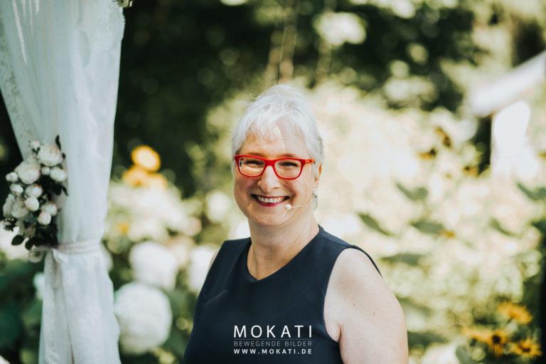 MOKATI Hochzeits-Podcast: Interview mit der Freien Rednerin Michaela Burch Die Hochzeiterin zusammen mit Fotografin Claudia und Videograf Andreas