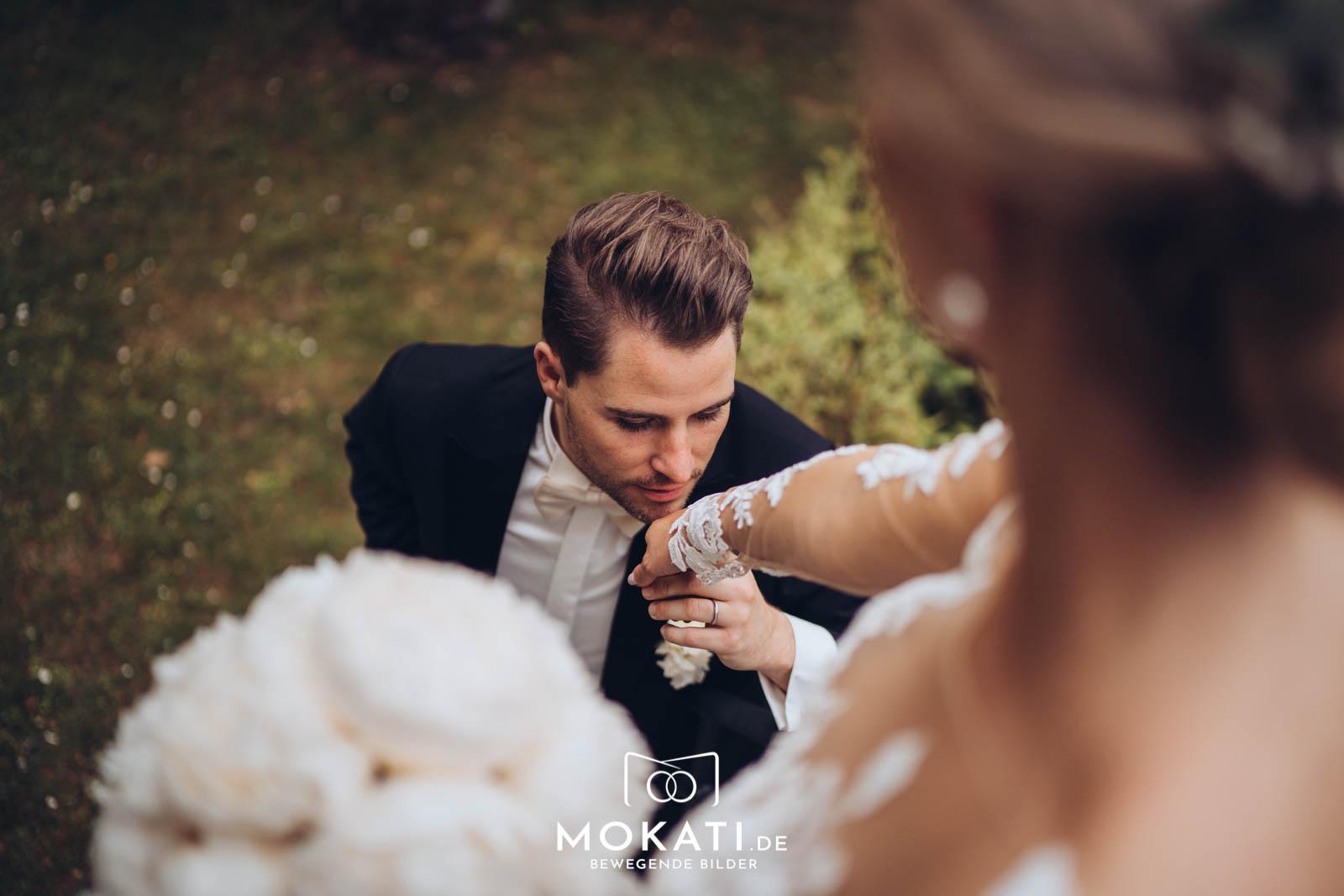 Bräutigam küsst Braut die Hand - verliebt - Hochzeitsfoto von Claudia und Andy MOKATI
