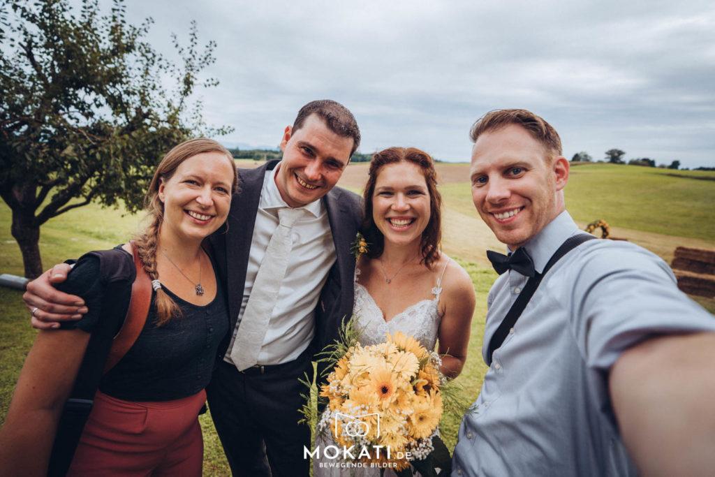 Andy und Claudia mit dem Brautpaar - wir lieben Hochzeiten zu fotografieren und zu filmen