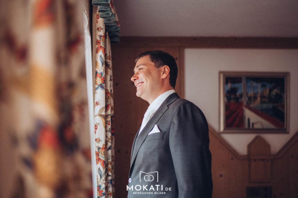 Getting Ready beim Bräutigam mit Hochzeitsfotograf