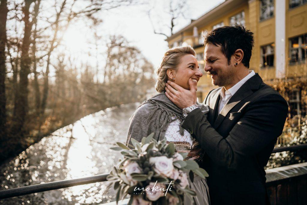 First Look vor dem Standesamt Mandlstraße mit Hochzeitsfotos und Hochzeitsfilm