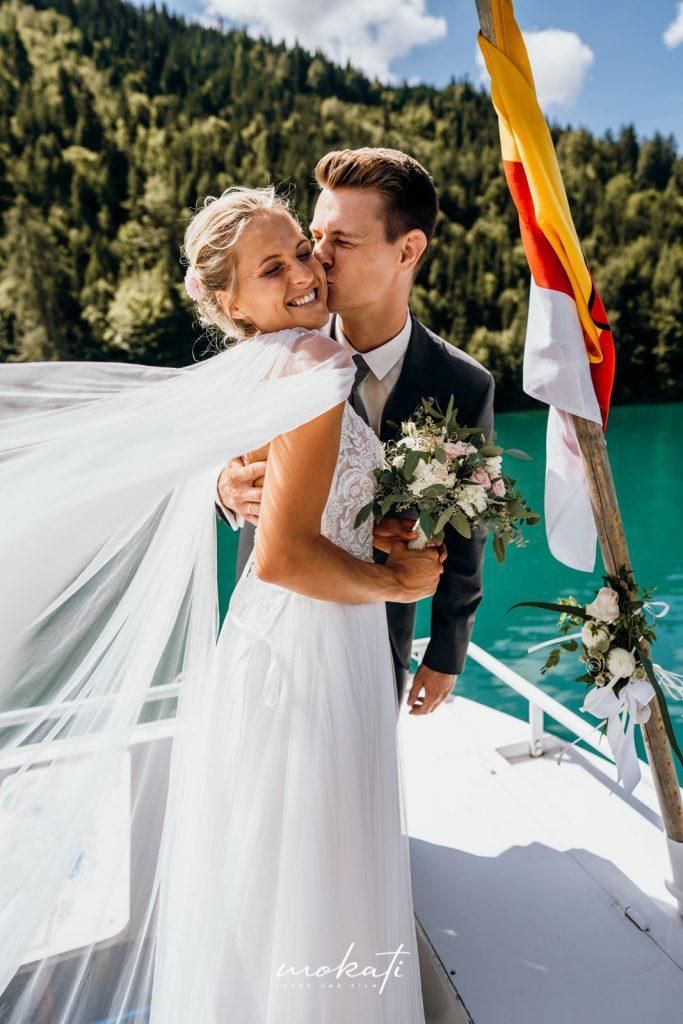 Hochzeitsfotograf München in Österreich bei standesamtlicher Trauung auf einen See