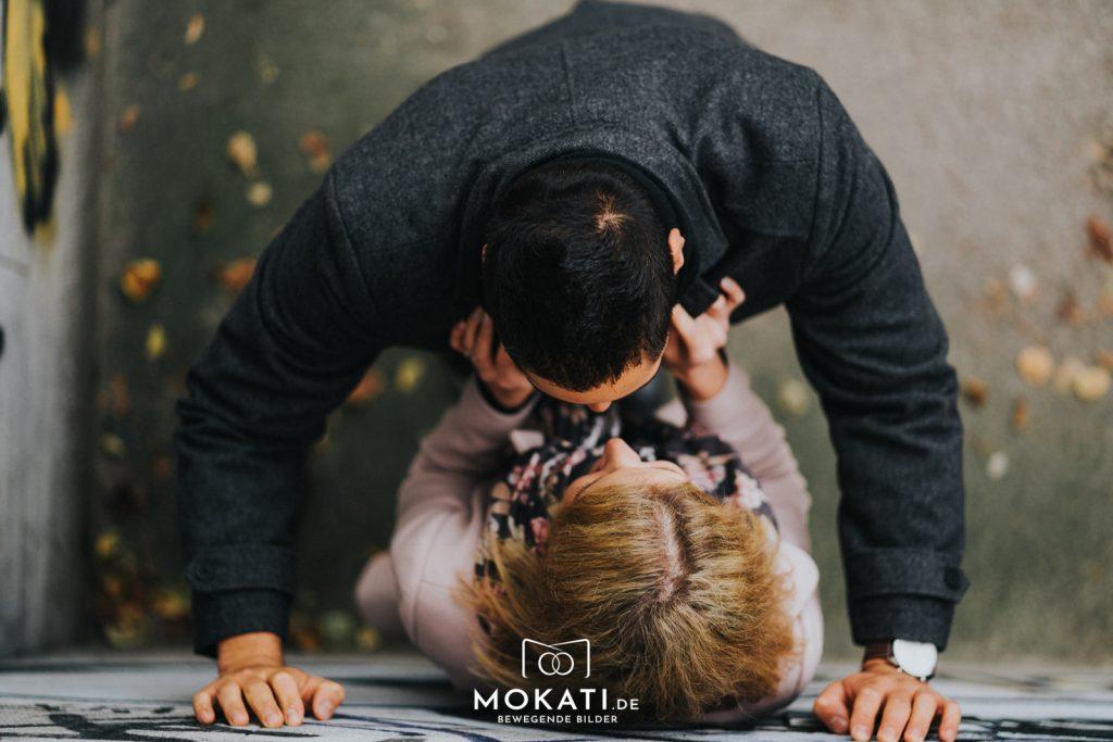 paarfotos-münchen-engagementshooting-münchen-mokati-fotos-film-11-2018-27